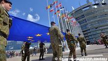 Frankreich Eurokorps-Soldaten hissen die EU-Fahne vor dem Parlament in Straßburg 2014