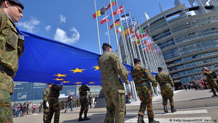 Στρατιώτες του Ευρωπαϊκού Σώματος με τη σημαία της ΕΕ μπροστά από την Ευρωβουλή