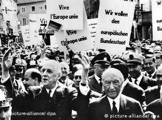 O ex-presidente da França Charles de Gaulle durante sua visita a Bonn em Maio de 1962. À direita, o ex-chanceler alemão Konrad Adenauer.