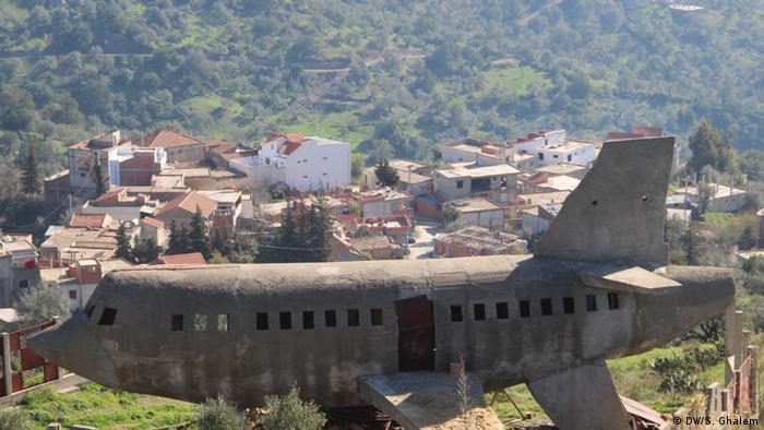 في بلدة بوجيمة الجزائرية ترقد هذه الطائرة الاسمنتية على هضبة وتحولت قصتها إلى أسطورة