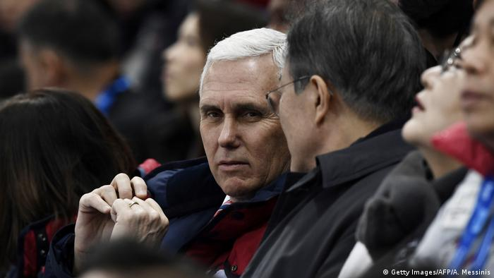 Südkorea Pyeongchang - Mike Pence und Moon Jae-In (Getty Images/AFP/A. Messinis)