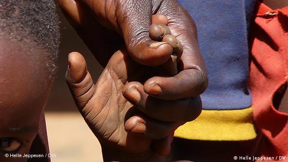 Dečko drži tatu za prst
