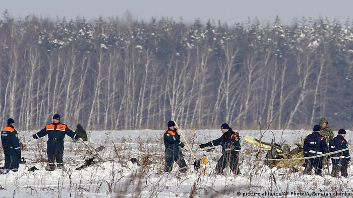 Russland - Bergungsarbeiten nach Flugzeugabsturz (picture-alliance/AP Photo/A. Zemlianichenko)