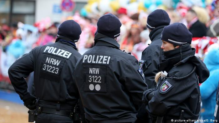 Police at Cologne parade (picture-alliance/dpa/O. Berg)