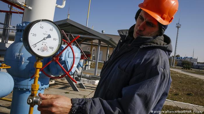 Рабочий проверяет давление в газопроводе