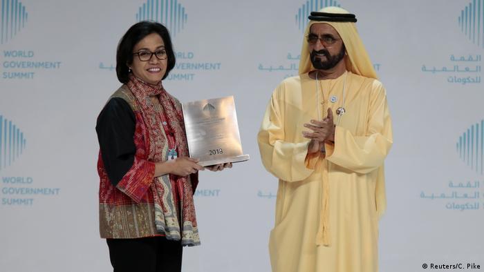 Dubai - Sri Mulyani Indrawati, indonesiens Finanzminister rehält Ministerpreis von Sheikh Mohammed bin Rashid al-Maktoum (Reuters/C. Pike)