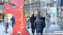 10.02.2018, Berlin: Passanten gehen an einem Aufsteller in Form eines Berlinale-Bären vor einem Einkaufszentrum am Potsdamer Platz vorbei. Die Internationalen Filmfestspiele finden vom 15. bis 25.02.2018 in der Hauptstadt statt. Foto: Paul Zinken/dpa | Verwendung weltweit