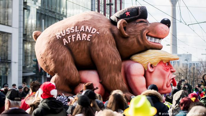 German Carnival parade shows a Russian bear hugging a naked US President Donald Trump (picture-alliance/dpa/M. Kusch)