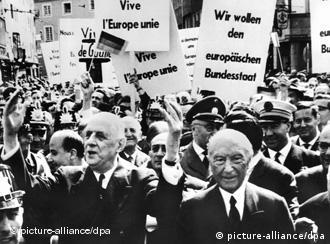 Konrad Adenuaer (dcha.) y Charles de Gaulle frente a ciudadanos que piden unidad en Europa. Bonn, 1962.