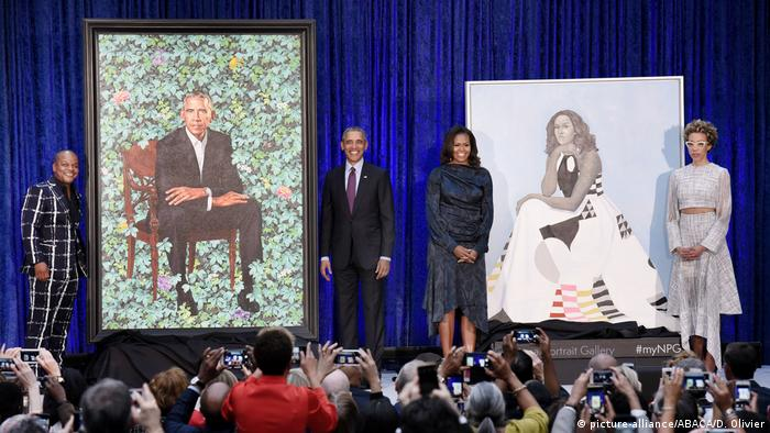Former First Lady Michelle Obama and former President Barack Obama pose beside their official portraits (picture-alliance/ABACA/D. Olivier)