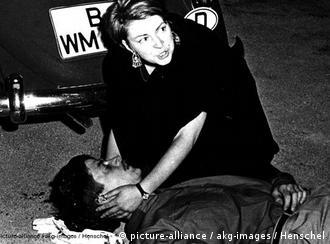 Der von einer Polizistenkugel tötlich getroffene Student Benno Ohnesorg in den Armen einer Passantin (Photo: ekg-images)