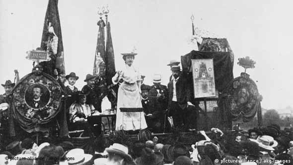 Роза Люксембург выступает на митинге