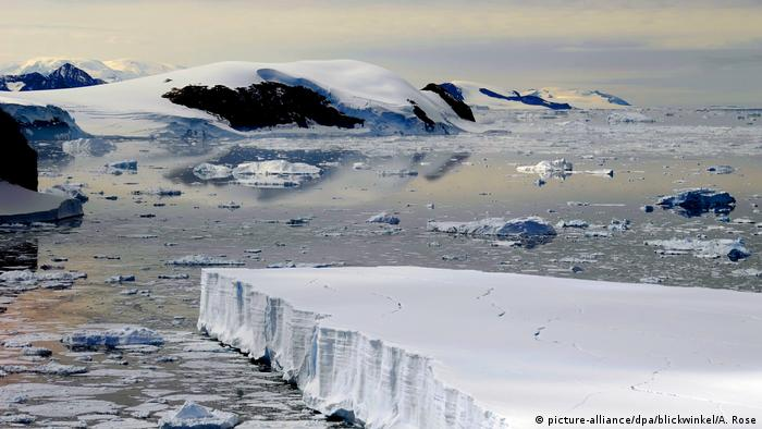 Packeis und Treibeis vor der Küste der Antarktis