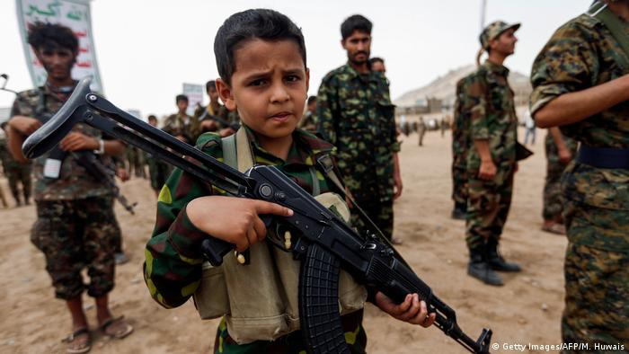 کودکان در بسیاری از کشورهای جنگزده به عنوان نیروی نظامی به کار گرفته میشوند. این پدیده را میتوان در نقاط مختلف جهان مشاهده کرد، از کشورهای آفریقایی گرفته تا خاورمیانه. تصویری از پسربچهای اسلحه به دست که در جمع شبهنظامیان حوثی در یمن
