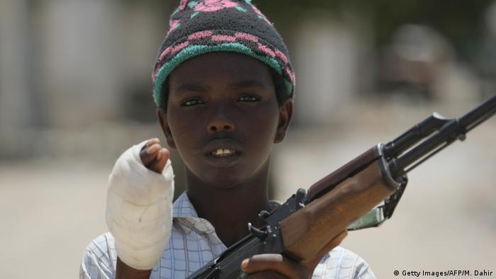 Criança-soldado somali mostra ferimentos
