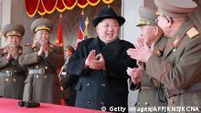 Nordkorea Kim Jong-Un auf Militärparade