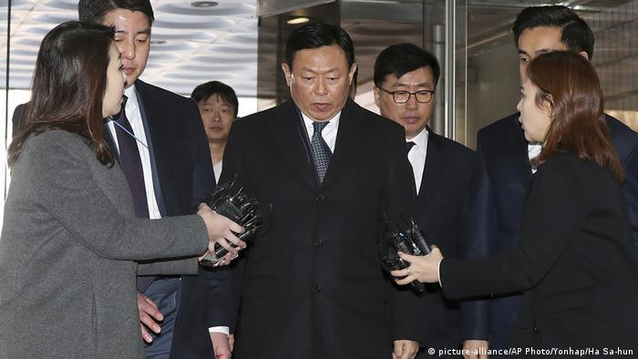 Shin Dong-bin arrives at a Seoul court