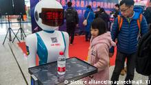 A robocop at Shenzhen railway station (picture alliance/Imaginechina/R. Xi)