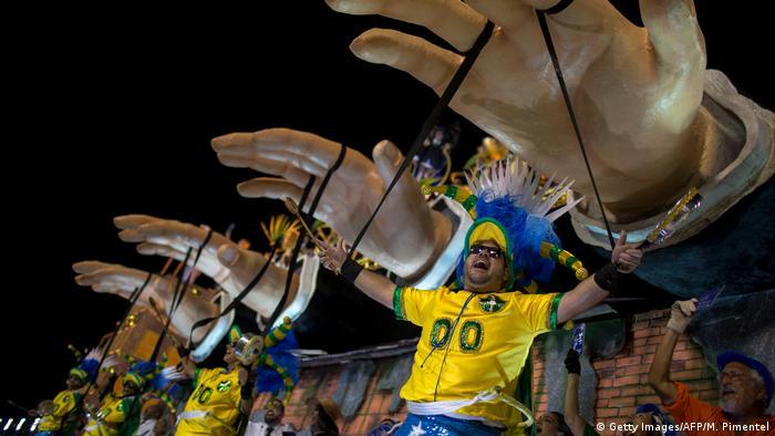 Ala Manifestoches da Paraíso do Tuiuti ironizou manifestantes pró-impeachment, retratando brasileiros manipulados que se vestiram de verde e amarelo e bateram panelas para pedir o afastamento da ex-presidente Dilma Rousseff