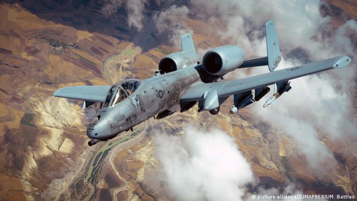 فیرچایلد ریپابلیک ای-۱۰ تاندربولت ۲ (Fairchild-Republic A-10) برای مقابله با اهداف زمینی مانند تانک، زرهپوشهای مسلح و دیگر اهداف نظامی بهکار میرود.