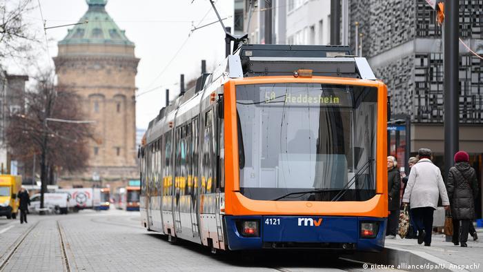 Eine Straßenbahn fährt durch die Innenstadt