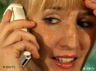 Gestresste Frau am Telefon