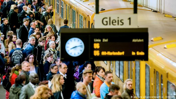 People waiting at an underground station in Berlin while a train is coming in (Foto: dpa)