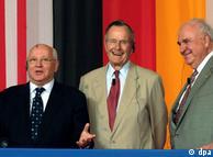 El ex-canciller alemán, Helmut Kohl, (derecha), junto con el ex-presidente de EEUU, George Bush (centro) y el ex-presidente de la URSS, Mijail Gorbachov.
