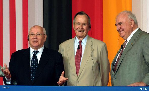 Der frühre sowjetische Präsident Michail Gorbatschow, Ex-US-Präsident George Bush und Altbundeskanzler Helmut Kohl (CDU, l-r) stehen am Freitag (17.06.2005) in Geisa an der hessisch-thüringischen Grenze lachend nebeneinander. Kurz zuvor waren sie mit dem erstmals vergebenen Point-Alpha-Preis ausgezeichnet worden. Das Kuratorium Deutsche Einheit hat den drei Staatsmännern den Preis für Verdienste um die Einheit Deutschlands zuerkannt. Die Auszeichnung ist mit je 50.000 Euro aus Privatspenden dotiert. Foto: Martin Schutt/lth +++(c) dpa - Report+++