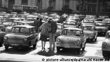 Harald Hauswald fotografierte im Jahr 1984 in Ost-Berlin auf dem Marx-Engels-Platz (heute Schloßplatz) ein inniges Paar auf dem Parkplatz. Das Foto aus der Serie Alltag gehört ab Freitag (14.08.2009) zu den Exponaten einer Schau im Haus der Kulturen der Welt mit dem Titel Ostzeit: Geschichten aus einem vergangenen Land mit den Werken der bekanntesten ostdeutschen Fotografen. Foto: Harald Hauswald dpa/lbn +++(c) dpa - Bildfunk+++ |