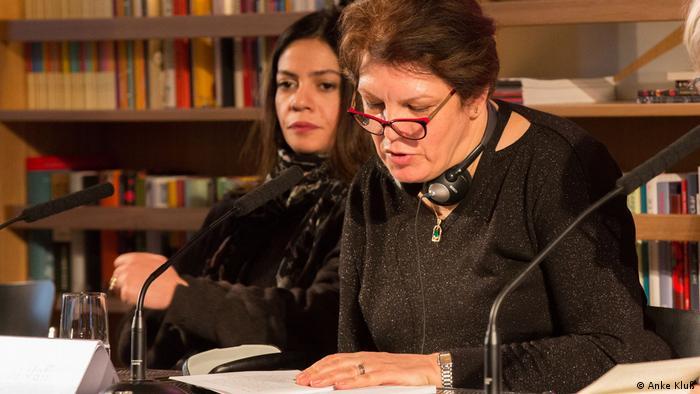 Fariba Vafi reading from her book in Cologne in 2018 (Photo: Anke Kluß)