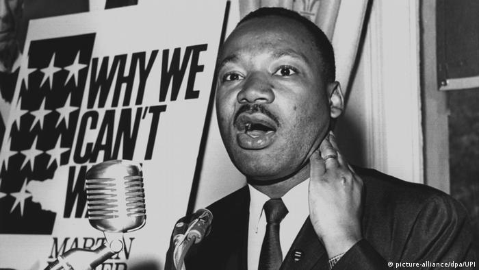 Martin Luther King spricht während einer Rede in mehrere Mikrophone. (picture-alliance/dpa/UPI)