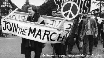 Πρότυπο των γερμανικών διαδηλώσεων ήταν οι πασχαλινές πορείες ειρήνης στη Μεγάλη Βρετανία τη δεκαετία του '50 (Λονδίνο, 1958)