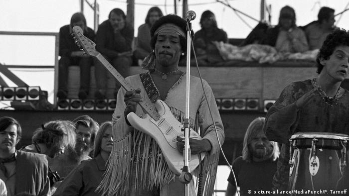 Jimi Hendrix at the Woodstock Festival in 1969 (picture-alliance/MediaPunch/P. Tarnoff)