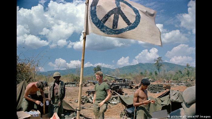 BG 60 Jahre Peace-Zeichen (picture-alliance/AP Images)