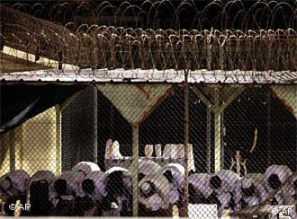 زندانیان گوانتانامو در حال عبادت. سرنوشت آنان سرانجام چه خواهد شد؟ تلاشهای اوباما برای بستن این زندان مخوف با موانع زیادی روبرو است