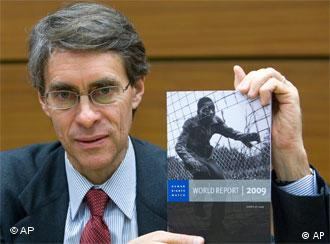 Executive Director of Human Rights Watch Ken Roth presents the Human Rights Watch World 2009 Report and HRW's most recent research of the conflict in Gaza, during a press conference, in Geneva, Switzerland, Monday, Jan. 26, 2009. (AP Photo/Keystone, Salvatore Di Nolfi)