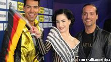 Oscar Loya und Dita von Teese posieren am Freitag auf einer Presserkonferenz im Vorfeld des Eurovision Song Contest in Moskau