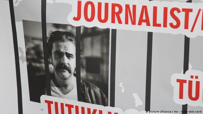 Foto do jornalista turco-alemão Deniz Yücel, detido na Turquia por seu trabalho, em protesto contra os jornalistas presos no país