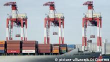 Japan, ein Containerschiff kommt in einem Hafen in Tokio an