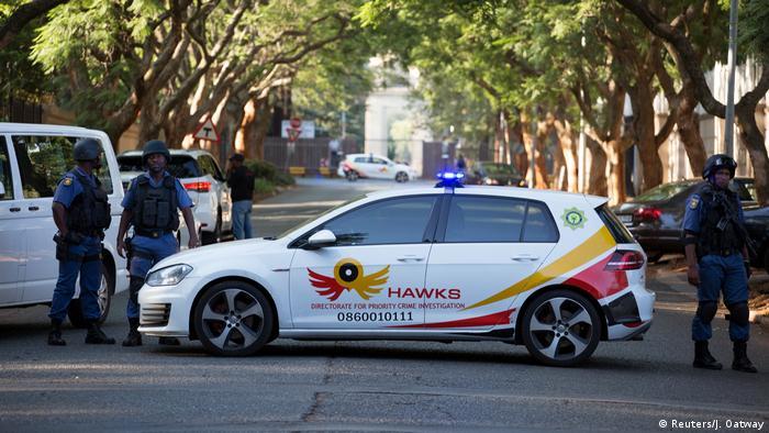 Ein Einsatzwagen der Anti-Korruptionseinheit Hawks vor dem Haus von Ex-Präsident Zuma (Reuters/J. Oatway)
