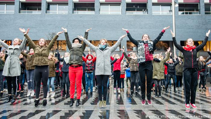 One Billion Rising in Tilburg Tanz gegen Gewalt gegen Frauen und Kinder (picture alliance/NurPhoto/R.A. Fernandez)