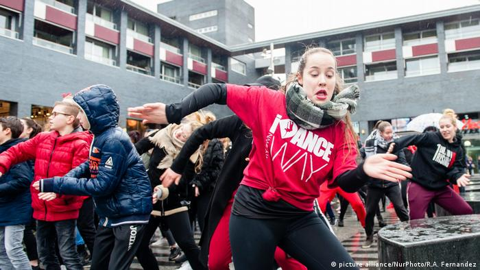 One Billion Rising in Tilburg Tanz gegen Gewalt gegen Frauen und Kinder (picture alliance/NurPhoto/R.A. Fernandez)