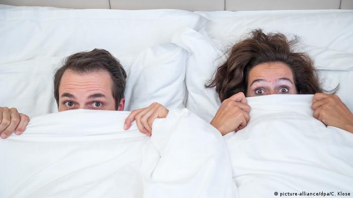 Paar in einem Bett (picture-alliance/dpa/C. Klose)