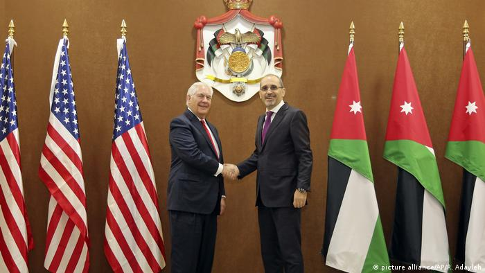Rex Tillerson with Jordanian Foreign Minister Ayman Safadi (picture alliance/AP/R. Adayleh)