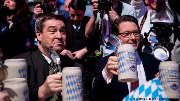 Söder raises a beer stein along with CSu general secretary Andreas Scheuer (picture alliance / Sven Hoppe/dpa)