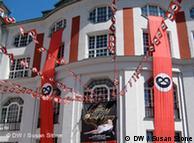 پرچمهای قرمز رنگ، شبیه به پرچمهای دوران آلمان نازی که سر در آدمیرال پالاست نصب شدهاند، خبر از آمدن این موزیکال به برلین میدهند