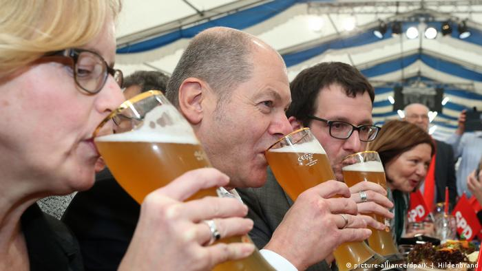 Scholz and other members of the SPD drink beer in a tent on Ash Wednesday (picture-alliance/dpa/K.-J. Hildenbrand)