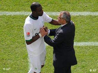 Wolfsburg's Grafite, left, receives congratulations by head coach Felix Magath after he was substituted during the German first division Bundesliga soccer match between Hanover 96 and VfL Wolfsburg in Hanover, Germany, on Saturday, May 16, 2009. Wolfsburg won the match by 5-0.