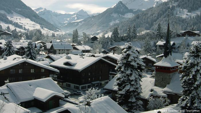 Dorf Gstaad verschneit